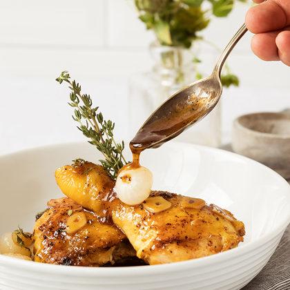 Honig-Hähnchen mit Perlzwiebeln und Thymian